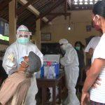 Salah seorang warga Banjar Serokadan Desa Abuan, Bangli Bali, tengah menjalani test Swab PCR di Balai Banjar setempat pasca meningkatnya pasien positif Covid-19 di wilayah tersebut. Foto: Lintasnusanews.com/Boy Edlon