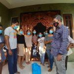 Diaspora Waibalun Bali yang terdampak Covid19 menerima bantuan sembako dari PT Bali Flobamora. Foto: Lintasnusanews.com/Hen