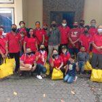 Anggota KBG Santa Familia foto bersama usai menerima bantuan dari Anggota Komisi XI DPR RI Ahmad Yohan di halaman Kantor Ombudsman Bali. Foto: Lintasnusanews.com/Dhae