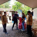 Kepala Ombudsman Bali, Umar Ibnu Alkhatab, menyaksikan penyerahan bantuan tabung gas dari Hiswana Migas Bali kepada pengelola dapur umum Covid19 di Jalan Kaliasem Denpasar. Foto: Lintasnusanews.com/Isitimewa