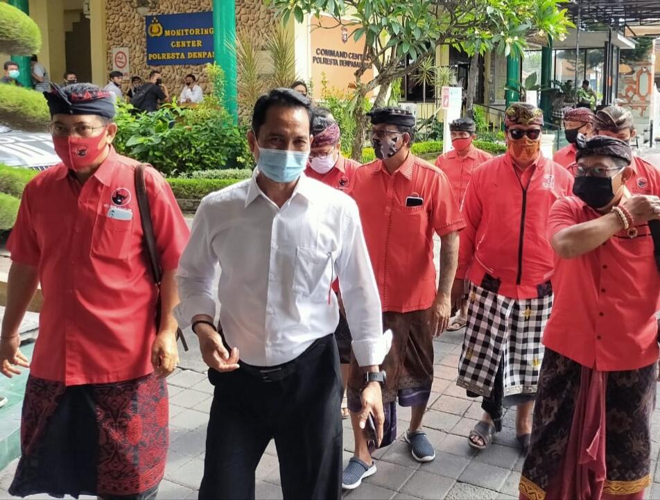 Kader PDIP Kota Denpasar melapor ke Polresta Denpasar pasca Bendera PDIP dibakar massa saat aksi tolak RUU HIP di Jakarta. Foto: Lintasnusanews.com/Widodo