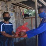 Personil Polda NTT menyerakan paket bahan pokok kepada warga Kupang Barat dalam rangka merayakan HUT Bhayangkara ke-74. Foto: Istimewa