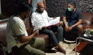 Ali Abdi alias Walid (tengah baju puth) ditangkap polisi di Jakarta setelah cabuli anak tiri di Bali. Foto: Lintasnusanews.com/Istimewa
