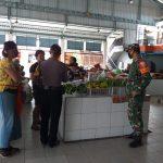 Salah seorang Babinsa Korem 163/Wira Satya Denpasar bersama Bhabinkamtibmas tengah mengedukasi masyarakat di pasar tradisional di Denpasar. Foto: Lintasnusanews.com/Dok Korem Wirasatya