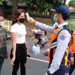 Petugas Dishub Kota Denpasar cek suhu tubuh warga di area Car Free Day Renon Denpasar, Minggu (12/07/2020). Foto: Lintasnusanews.com/Istimewa