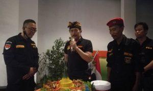 Ketua Umum PGN, Gus Nuril (tengah) didampingi Gys Yadi (kanan) dan Ketua PGN Bali, Daniar Trisasongko (kiri), saat peresmian Kantor pGN Bali, Senin (14/07/2020) malam. Foto: :Lintasnusanews.com/Widodo
