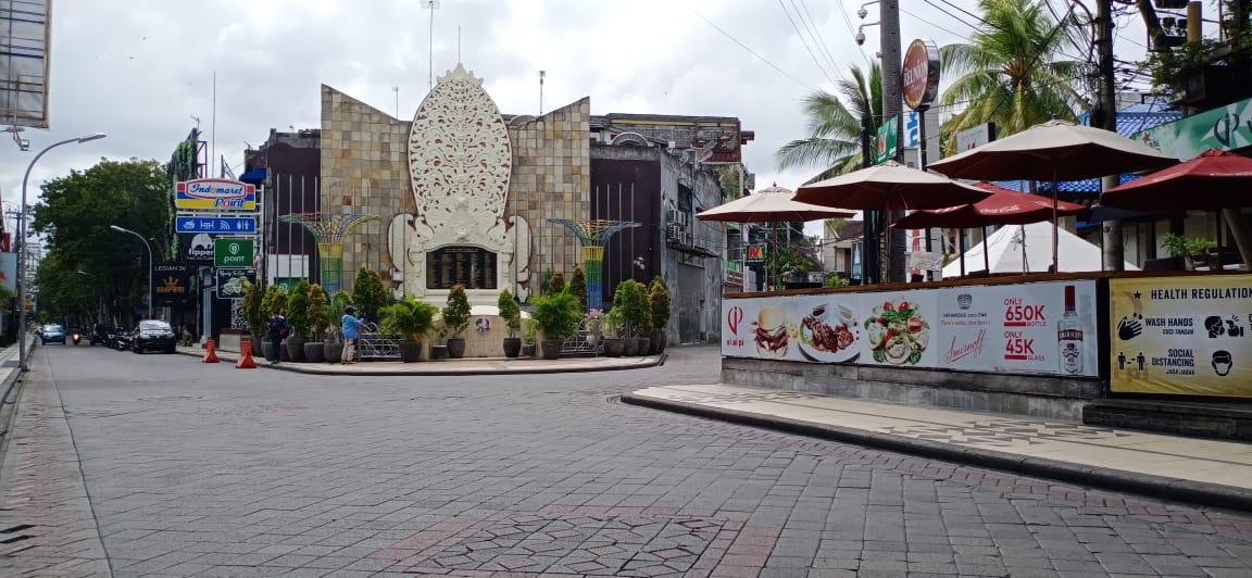 (Kawasan Wisata Monumen Bom Bali Legian) Polresta Denpasar diterjunkan ke seluruh kawasan wisata dan pusat perbelanjaan. Foto: Lintasnusanews.com/Boy Edlon