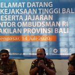 (Kepala Ombudsman Bali, Umar Ibnu Alkhatab saat menerima kunjungan Kajati Bali Erbagtyo Rohan). Ombudsman Bali minta aparat penegak hukum awasi dana bantuan Covid19. Foto: Lintasnusanews.com/Istimewa