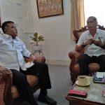KPU Provinsi Bali, I Gede Agung Gede Lidartawan (kiri) bersama Ketua SMSI Provinsi Bali, Emanuel Dewata Oja (kanan) saat pertemuan membahas kerjasama Pilkada serentak 2020, Senin (27/07/2020). Foto: Lintasnusanews.com/Dok.SMSI Bali