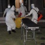 Tim Gugus Tugas Covid evakuasi jenazah Mara Elise Worford dengan APD lengkap. Penyebab kematian bule Amerika diduga sakit, karena ditemukan obat batuk di kamar kontrakannya. Foto: LIntasnusanews.com/Istimewa