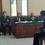 Nagarani Sili Utami saat jadi saksi di PN Denpasar. Saksi ungkapkan korban tilep hak karyawan Villa Kubu. Foto: Lintasnusanews.com/Widodo