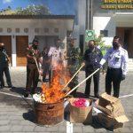 Kejari Denpasar musnahkan barang bukti senilai Rp 25 miliar bersama unsur terkait, Rabu (29/07/2020). Foto: Lintasnusanews.com/Widodo