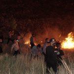 Polres Mabar Padamkan Api obyek Wisata Bukit Sylvia terbakar, Jumat (10/067/2020) malam. Foto: Lintasnusanews.com/Louis Minjdo