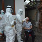 (Petugas Medis Kota Denpasar test swab warga). Sehari terapkan new normal pasien positif Corona di Bali bertambah. Foto: Lintasnusanews.com/Istimewa