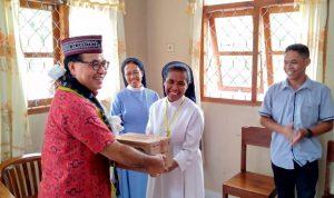 Uskup Ruteng Mgr. Siprianus Hormat bagi sembako kepada Suster Maria Yohana selaku pengelola Panti Anak Cacat Santo Damian Labuan Bajo-NTT, Minggu (05/07/2020). Foto: Lintasnusanews.com/Louis