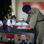 Wakil Komandan Detasemen Gegana Brimob Polda Maluku, AKP Noovy E.A Sapulette saat mendampingi para siswa belajar online, Rabu (19/08/2020). Foto: Lintasnusanews.com/Erfan Fatih