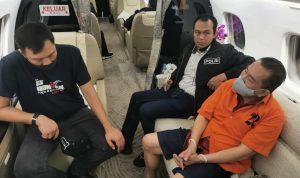 Buron kasus korupsi Bantuan Likuiditas Bank Indonesia terkait pengalihan hak tagih (cessie) Bank Bali, Djoko Tjandra (baju tahanan orange) saat dibawa ke Indonesia oleh tim Bareskrim Polri. Foto: Lintasnusanews.com/Dok.Bareskrim Polri