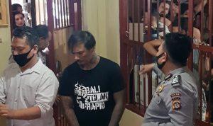 Drummer Superman Is Dead (SID), I Gede Ari Astina alias Jerinx saat digiring ke sel Polda Bali untuk ditahan. Foto: Lintasnusanews.com/Istimewa