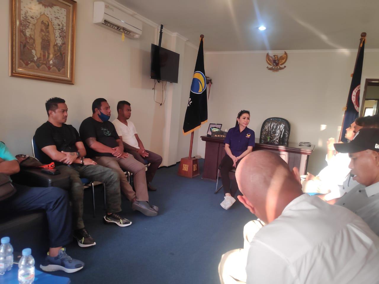 Julie Laiskodat saat bertemu perwakilan PENA NTT Bali di Kantor DPW Partai Nasdem Bali. Foto: Lintasnusanews.com/Dok.PENA NTT