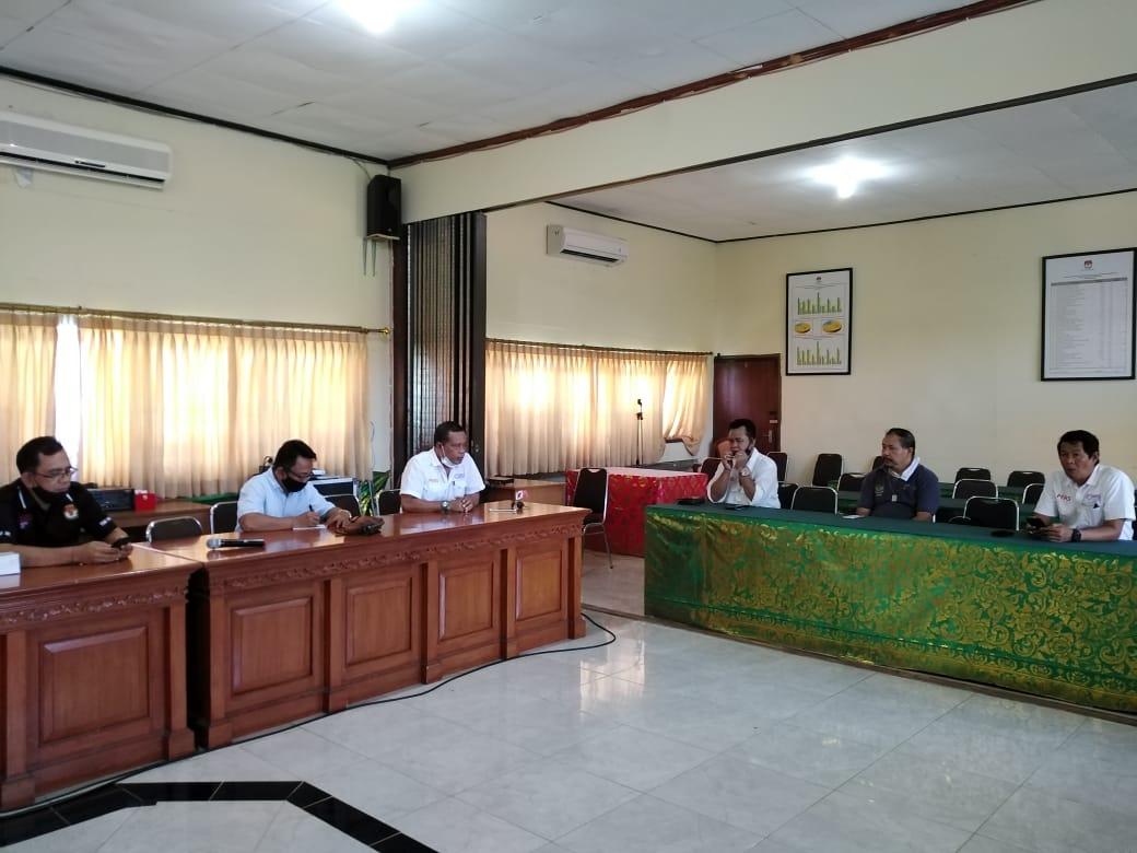 Suasana pertemuan KPU Jembrana dan SMSI Provinsi Bali di ruang rapat KPU Provinsi Bali, JUmat (21/08/2020). Foto: Lintasnusanews.com/Dok.SMSI Bali
