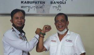 Ketu KPU Bangli, Pujawan (kiri) dan Ketua SMSI Bali, Emanuel Dewata Oja (kanan) bersalaman usai sepakat kerjsama dalam sosialisasi PIlkada Serentak 2020. Foto: Lintasnusanews.com/Dok.SMSI Bali