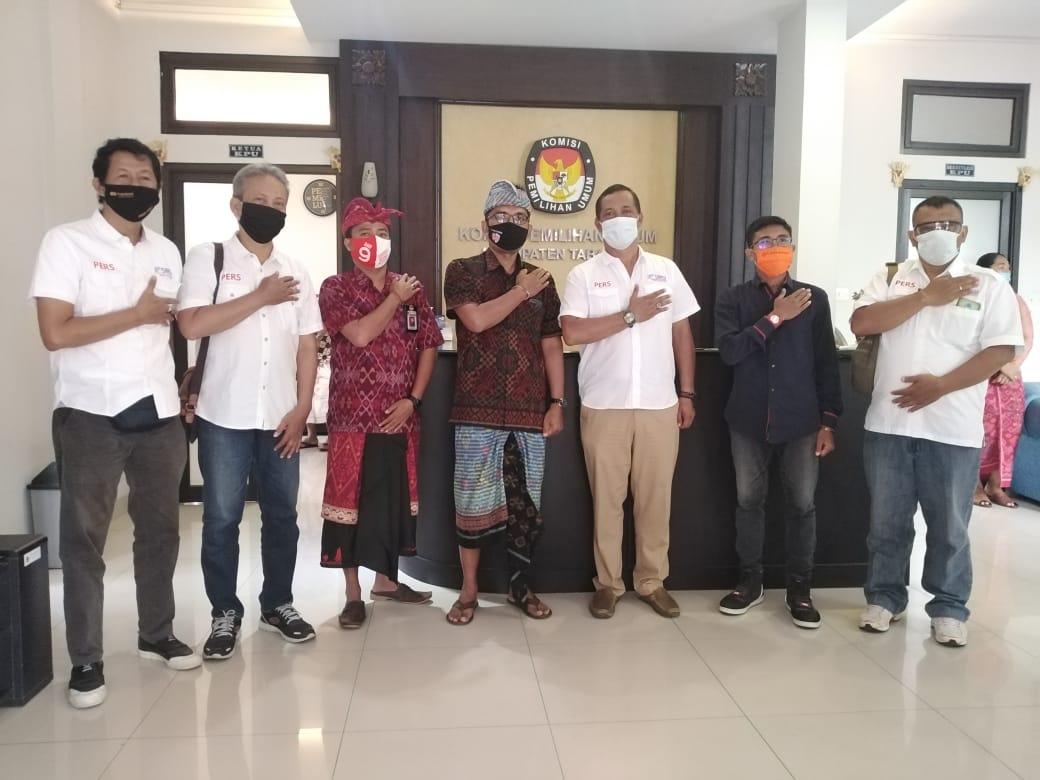 Komisioner KPU Tabanan foto bersama Pengurus SMSI Bali usai pertemuan yang bersepakat membentuk isu hoax pada Pilkada serentak 2020. Foto: Lintasnusanews.com/Dok.SMSI Bali