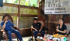 Ngobrol Kritis bersama Jurnalis DPD KNPI Bali di Warung Bencingah, Denpasar Bali Minggu (02/08/2020) dengan tema rekrutmen direksi dan komisaris BUMN. Foto: Lintasnusanews.com/Widodo