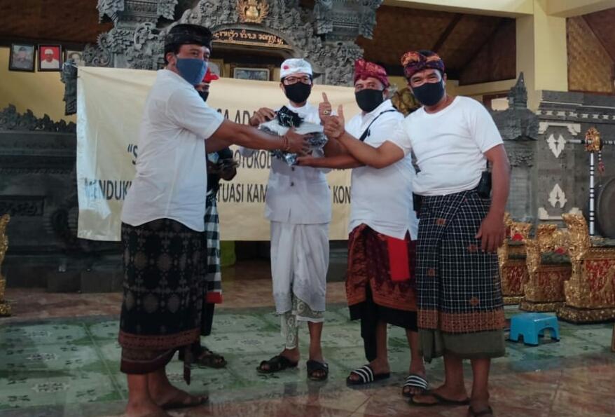 Polda Bali berikan bantuan sembako kepada warga Desa Adat Padangbai Karangasem, Rabu (26/08/2020). Foto: Lintasnusanews.com/Dok.Intelkam Polda Bali