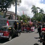 Demo pendukung Jerinx saat sidang perdana di PN Denpasar Kamis (10/09/2020). Foto: Lintasnusanews.com/Widodo