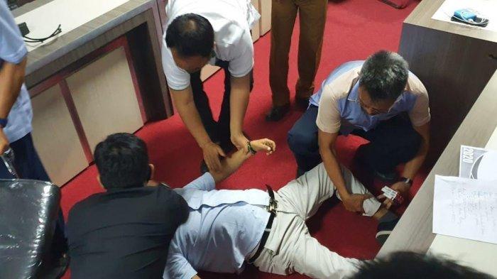 Anggota DPRD Sulsel dari Partai Golkar, Ince Langke pingsan saat rapat Banggar di gedung DPRD, Jl Urip Sumoharjo, Makassar, Selasa (8/9/2020).Foto: Lintasnusanews.com?Istimewa