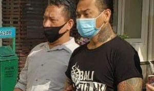 """Drummer SID, Jerinx dikawal petugas beberapa waktu lalu. Jerinx kembali """"berulah"""" minta sidang kasusnya digelar secara tatap muka. Foto: Lintasnusanews.com?Widodo"""
