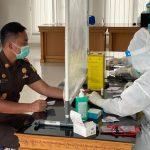 Kajari Badung Ketut Maha Agung saat mengikuti rapid test di kejari Badung, Senin 21/09/2020). Foto: Lintasnusanews.com/Istimewa