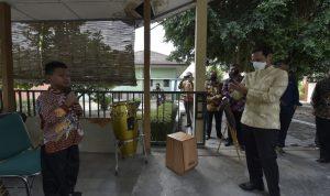 Mendikbud Nadiem Anwar Makarim sedang merekam salah satu siswa SLB Negeri 1 Bantul Yogyakarta. Nadiem jadikan SLB sebagai target pendidikan inklusif. Foto: Lintasnusanews.com/Humas Kemendikbud