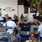 Utusan Pemda dan DPRD Flores Timur bertemu peserta magang asal Flores Timur di tempat penampungan Jl Batanghari Denpsar. Mereka memilih pulang dan minta difasilitasi. Foto: Lintasnusanews.com/Boy Edlon