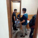 Tim Inafis Polresta Denpasar olah tkp di toilet Kejati Bali setelah Tri Nogoho bunuh diri, Senin (31/08/2020). Foto: Lintasnusanews.com/Istimewa