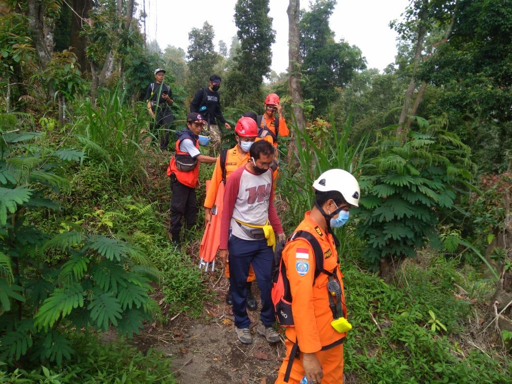 Petugas resque Basarnas evakuasi pendaki Gunung Agung, Rabu (21/10/2020) petang. Foto: Lintasnusanews.com/Ist