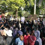 Aliansi Bali Tidak Diam demo tolak Omnibus Law di depan Kampus UNUD. Foto: Lintasnusanews.com/Agung Widodo