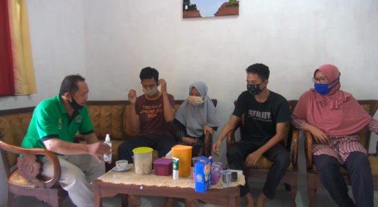 Sri Lutfah pasien Covid19 terlama di Bali bersama keluarganya. Foto: Lintasnusanews.com/ Ambros Boli Berani