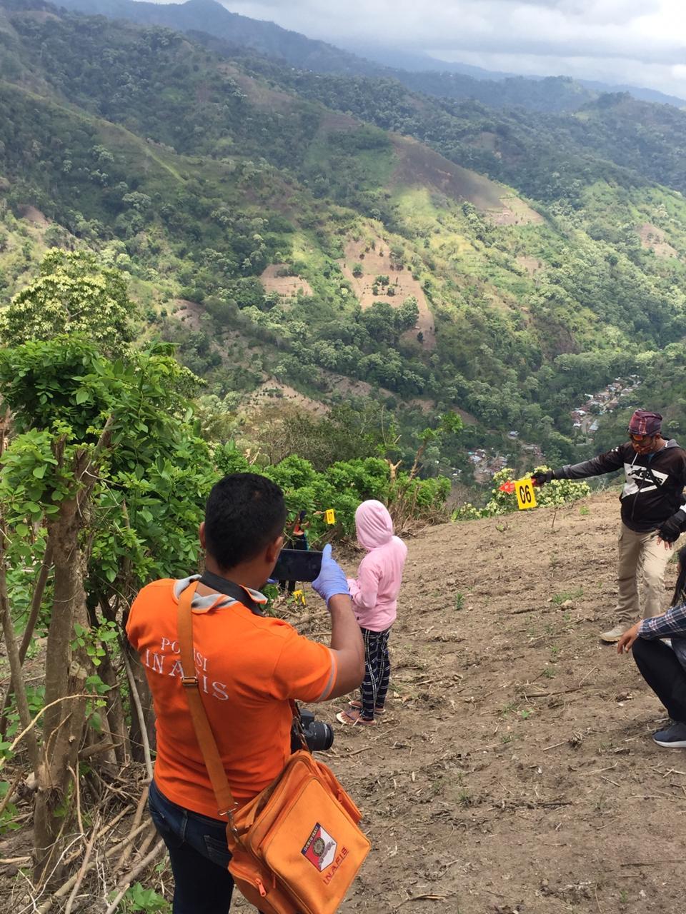 Rekonstruksi kasus dugaan pemerkosaan di lereng Dusun Welakiro, Desa Wolorega Kecamatan Paga, Sikka NTT. Foto: Lintasnusanews.com/Karel Pandu