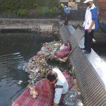 Petugas Dinas PUPR Kota Denpasar membersihkan sampah di 10 sungai. Foto: Lintasnusanews.com/Ist