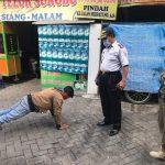 Warga yang melanggar prokes tidak memakai masker dikenakan sanksi push up oleh Tim Yustisi Kota Denpasar. Foto: Lintasnusanews.com/Ist