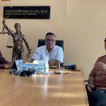 Togar Situmorang (baju putih) menyatakan somasi media dalam pemberitaan kasus dugaan penyekapan di Dempasar. Foto: Lintasnusanews.com/Ist
