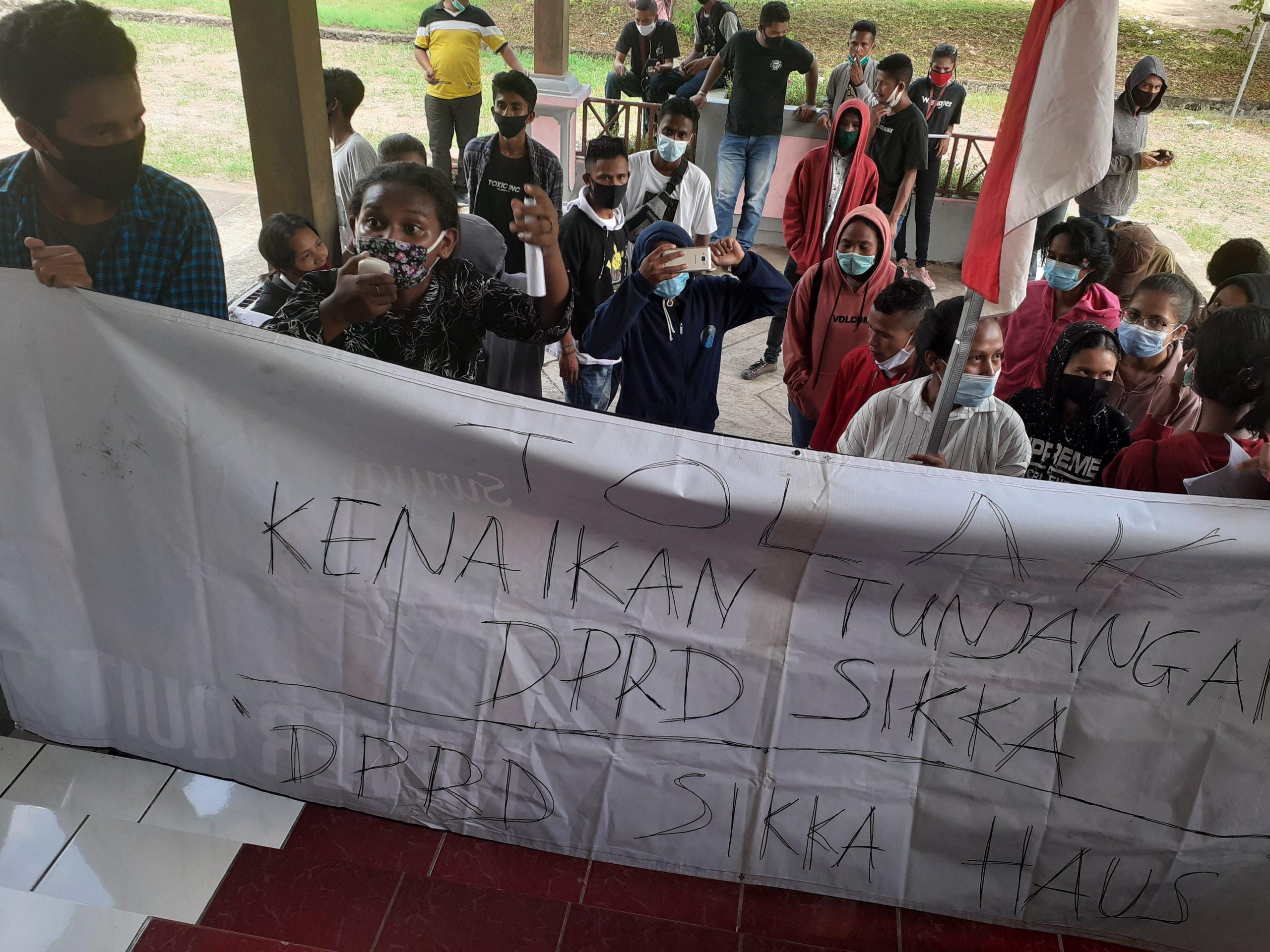 Forkot Maumere demo ke DPRD protes pembahasan tunjangan DPRD, Kamis (26/11/2020). Foto: Lintasnusanews.com/Karel Pandu