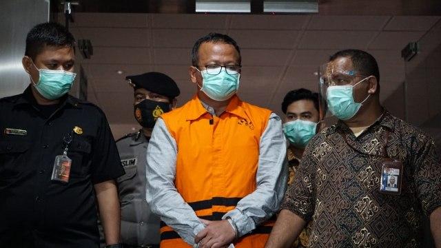 Edhy Prabowo kenakan rompi tahanan usai pemeriksaan KPK. Foto: Kumparan/Jamal Ramadhan