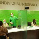 Karyawan PT Asuransi Jiwa Manulife Indonesia tengah melayani nasabah. Foto: Lintasnusanews.com/Ist