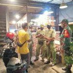 Petugas gabungan gelar patroli dialogis di sejumlah tempat usaha di wilayah Kelurahan Dangin Puri Kecamatan Denpasar Timur, Minggu (22/11/2020) malam. Patroli ini untuk mencegah penularan Covid19. Foto: Lintasnusanews.com/Ist
