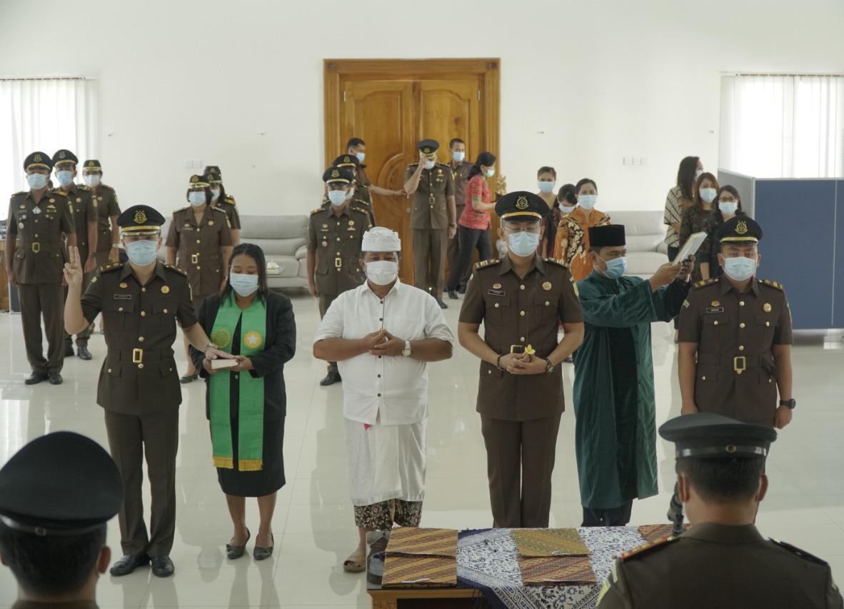 Pengambilan sumpah mutasi pejabat Kejaksaan Negeri Badung. Foto: Lintasnusanews.com/Ist