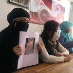 RR wanita muda yang dipaksa berpisah dengan anak kandungnya didampingi kuasa hukumnya Siti Sapurah alias Ipung saat konferensi pers, Selasa (17/11/2020). Foto: Lintasnusanews.com/Agung Widodo