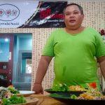 Chef Wayan Sudarsana tengah menjelaskan Sushi jenis makanan Jepang di Sankyoudai Resto, Jalan Bypass Ngurah Rai Kedonganan, Selasa (17/11/2020). Foto: Lintasnusanews.com/Boy Edlon