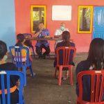 Polda Bali edukasi masyarakat disiplin patuhi protokol kesehatan saat serahkan bantuan sembako di Desa Kubutambahan, Buleleng. Foto: Lintasnusanews.com/Ist